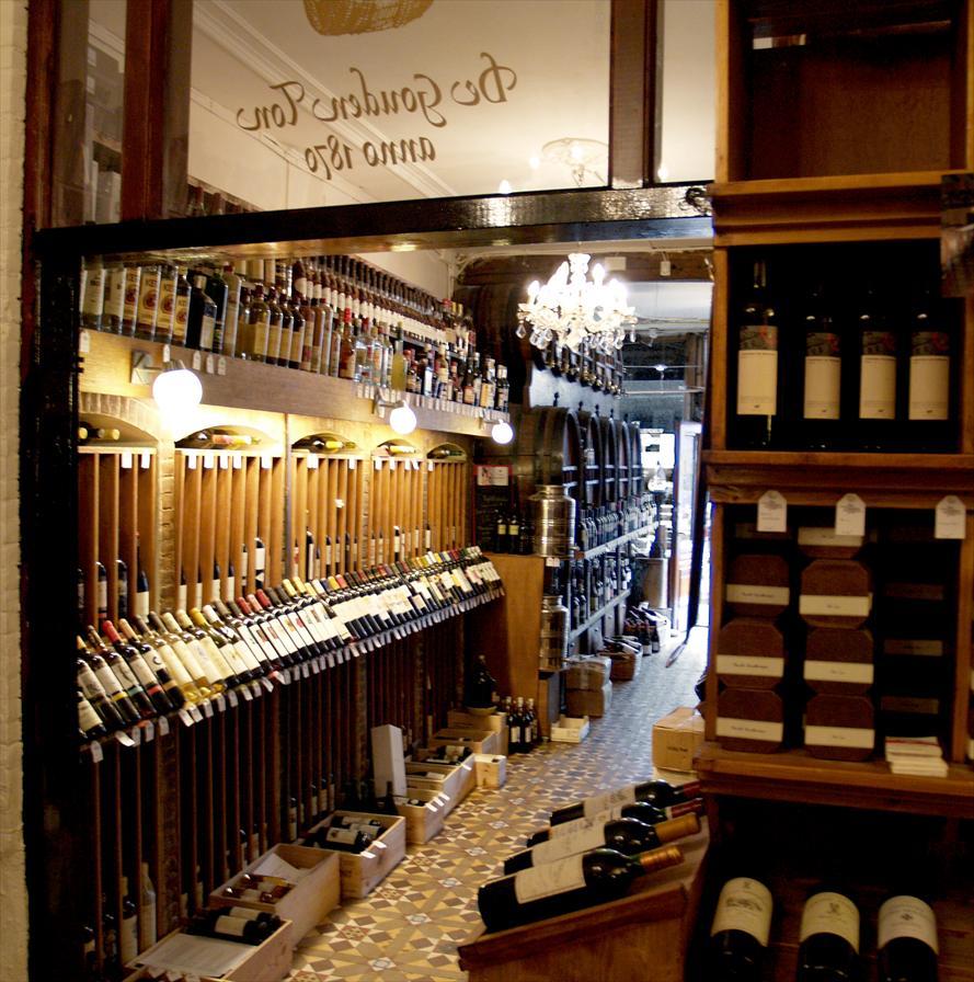 Wijnkoperij de gouden ton delicatesse dranken for Interieur winkel den haag